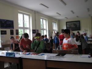 uczniowie eksperymentują kl. 5